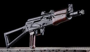Lövészet Kalashnikov AKS_74U típusú fegyverrel