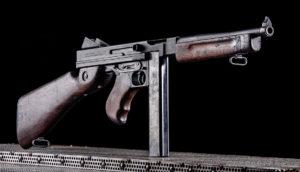 Lövészet Thompson M1A1 KOL Arms típusú fegyverrel